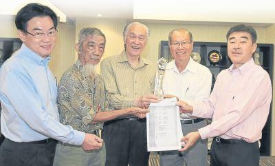 陈川波(右二)把第一届方修文学奖得奖名单交予陈凯希(中)。左起张赐兴、杨蒙德,右为叶啸。方修文学奖颁奖礼将于9月1日在新加坡国家图书馆举行。